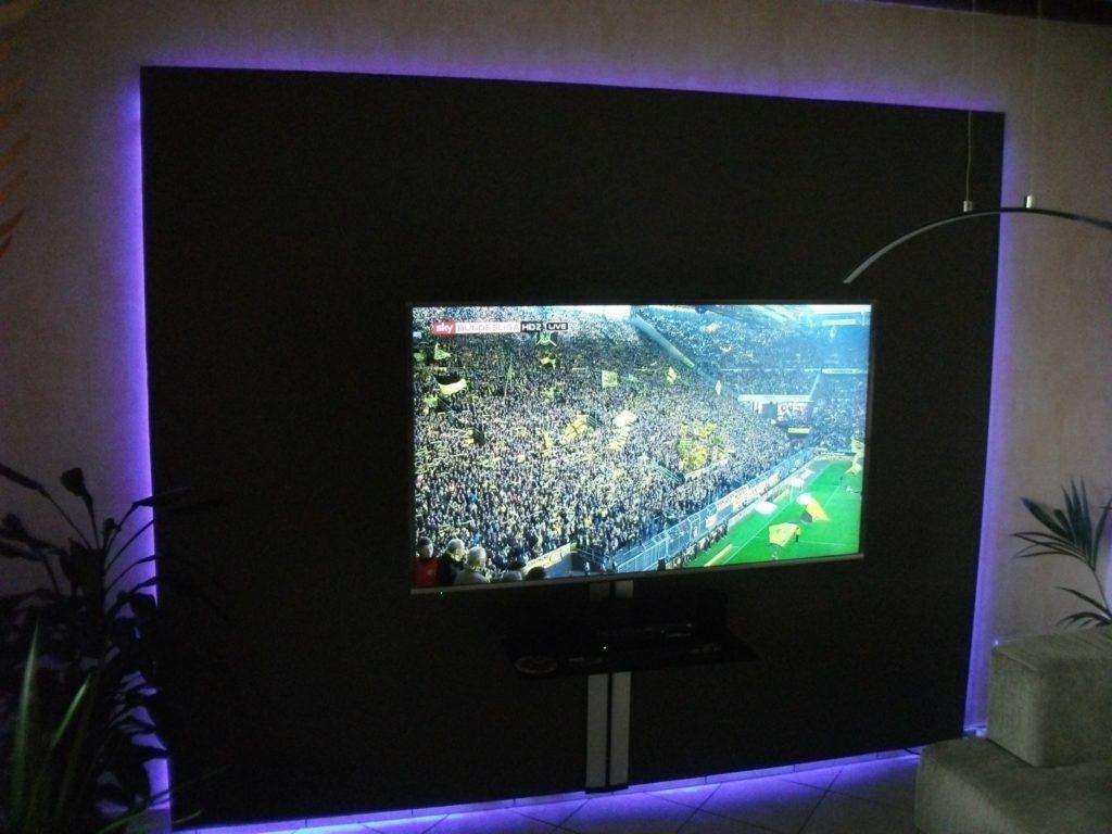 Individuell gestaltete TV Wand mit Exklusiver Wandhalterung